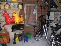 Ferienhaus Kolks Carolinensiel Harlesiel, Geräte- und Fahrradhaus mit Fahrrädern, Bollerwagen, Getränken, Holzkohlengrill, Kaminholz, ...