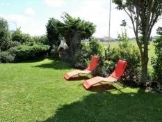 Garten zum Ferienhaus Kolks Huus mit Sonnenliegen und Grill, einfach schöne Ferien in Carolinensiel Harlesiel mit Ruhe, Natur und freiem Blick