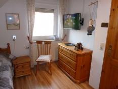 Zweites Schlafzimmer im Ferienhaus Kolks Huus mit 2 Einzelbetten und Fernseher, einfach schöne Ferien in Carolinensiel Harlesiel mit Ruhe, Natur und freiem Blick
