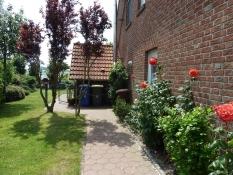 Weg rund ums Ferienhaus Kolks Carolinensiel Harlesiel an der Nordsee mit Gartentor