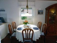Gepflegtes Wohnen im Ferienhaus Kolks Carolinensiel Harlesiel, Esstisch mit 2 Stühlen