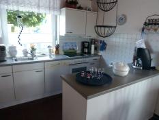 Ferienhaus Kolks Carolinensiel mit 2 Küchenzeilen, mit Spülmaschine, Backofen, Mikrowelle, Kaffeeautomat, Toaster, Wasserkocher und allen anderen elektrischen Geräten