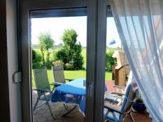 Blick auf Terrasse und Innendeich vom Ferienhaus Kolks Carolinensiel Harlesiel