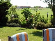 Herrliche Ruhe im Garten mit freiem Blick auf den Innendeich vom Ferienhaus Kolks Carolinensiel Harlesiel