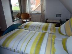 Helles großes Schlafzimmer im Ferienhaus Kolks Carolinensiel Harlesiel mit Kleiderschrank, Wäschekommoden, Spiegel, Sessel, Tresor